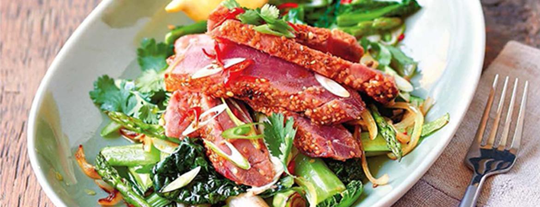 Tonijnsteak met sesam en groente uit de wok
