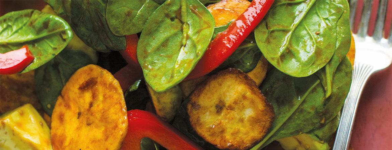 Salade met spinazie, paprika, avocado en bananenchips