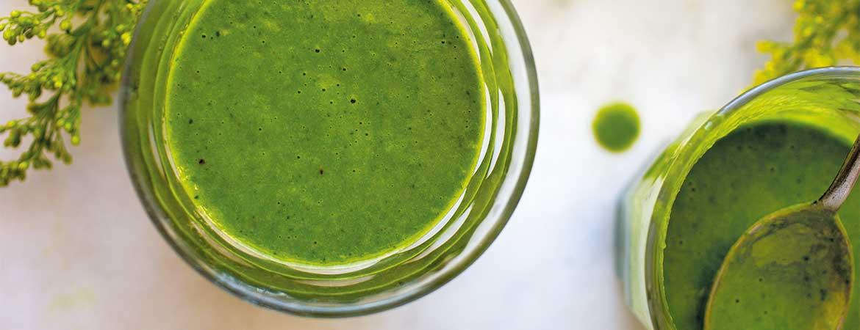Groene smoothie met amandelmelk, spinazie en banaan