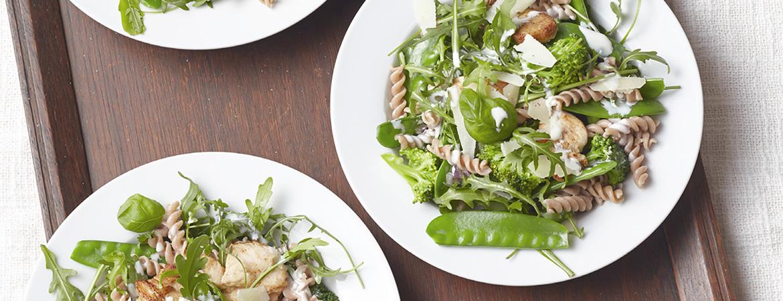 Speltfusilli met kip, groene groente en roomsaus