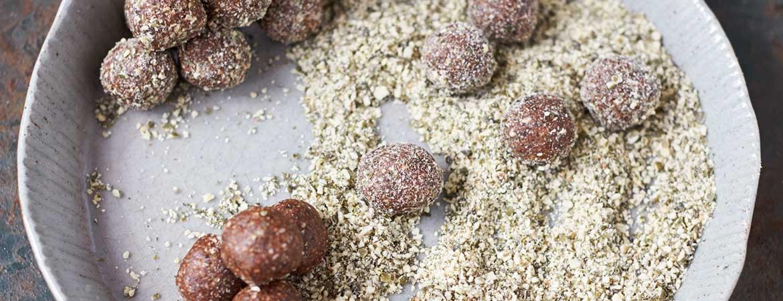 Energieballen met dadels, cacao & pompoenpitten