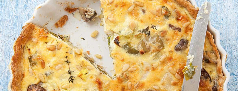 Hartige taart met prei, champignons en tijm