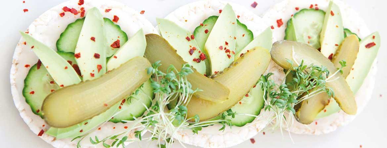 Rijstwafels avocado komkommer en augurk
