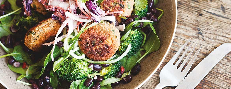 Spinazie salade met Thaise zoeteaardappelburgertjes