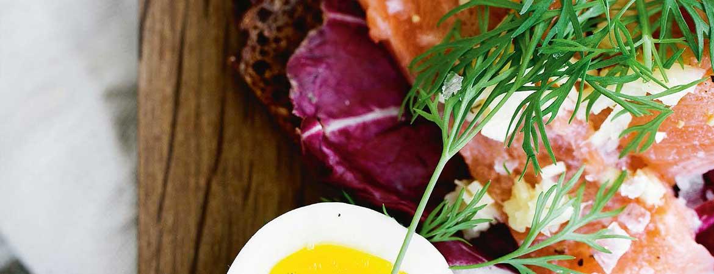 Sandwich roggebrood met zalm, gember en limoen