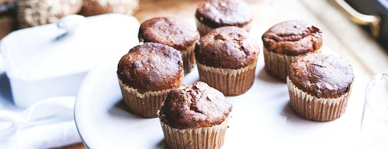 Suikervrije en veganistische muffins met banaan en walnoten