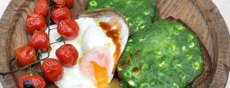 Geroosterd brood met spinazie, eieren, kerstomaatjes & chilisaus - Gezond aan tafel - recept