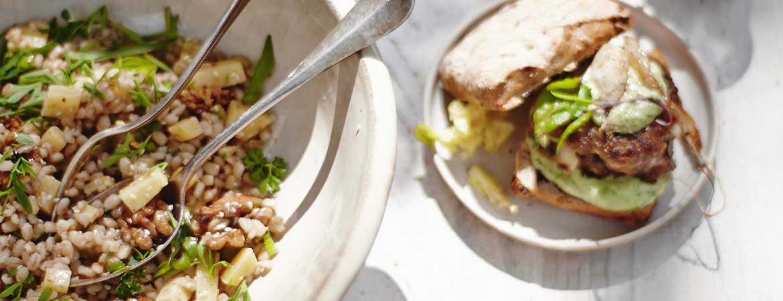 Gort salade met sesamzaadjes en komijnekaas