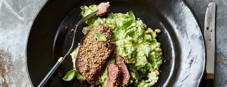 Paleo sesam biefstuk op broccoli puree