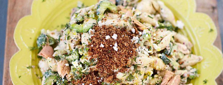Pastasalade van Jamie Oliver met tonijn, feta & krokante cayennekruimels - Gezond aan tafel - recept