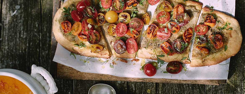 Pizza met aubergine crème en geroosterde tomaat