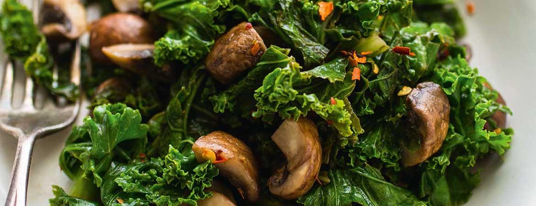 Geroerbakte boerenkool en champignons