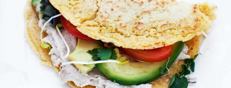 Kikkererwten pannenkoek met hummus en avocado - Gezond aan tafel - recept
