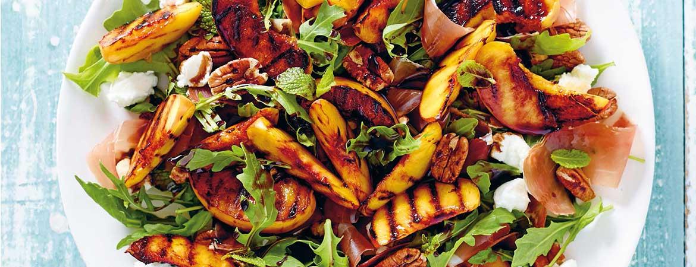 Salade met geroosterde perzik, pecannoten en prosciutto