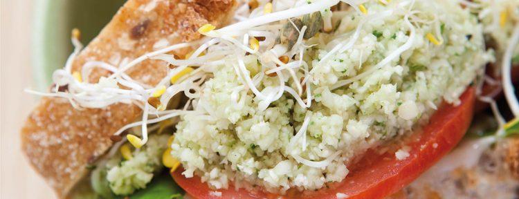 Zuurdesem sandwich met bloemkoolpesto, sla en tomaat - Gezond aan tafel - recept