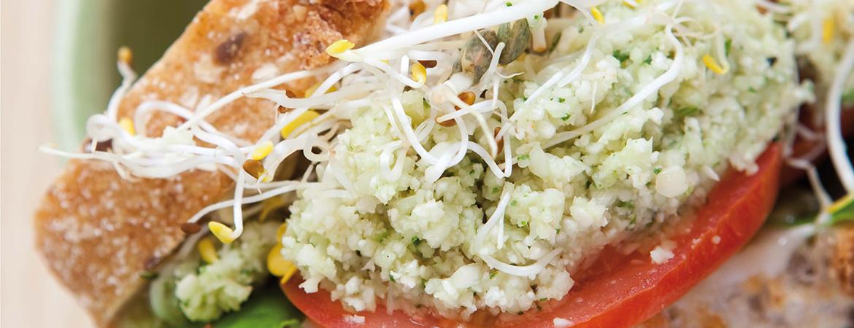 Zuurdesem sandwich met bloemkoolpesto, sla en tomaat