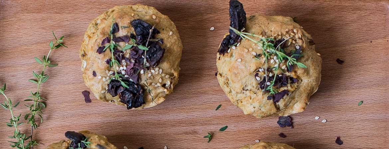 Hartige muffins met zongedroogde tomaat, bosui en zeewier