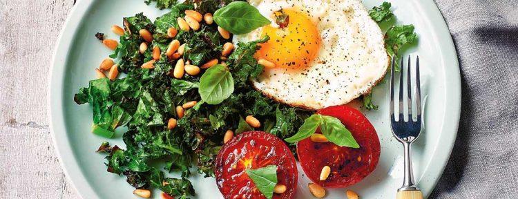 Boerenkool & eieren met gegrilde tomaten (Paleo) - Gezond aan tafel - recept