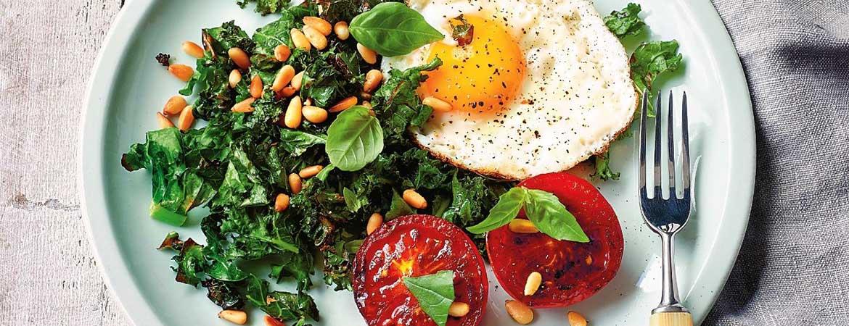 Boerenkool & eieren met gegrilde tomaten (Paleo)