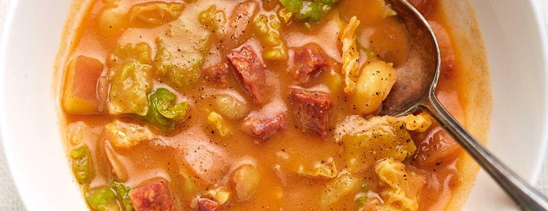 Caldo verde van aardappels en kool met chorizo