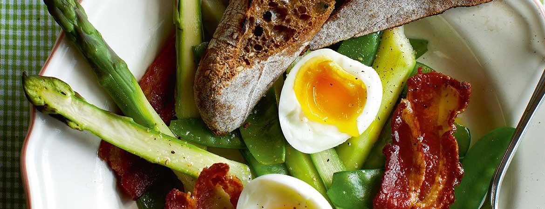 Salade met peultjes, asperges, ei en spek