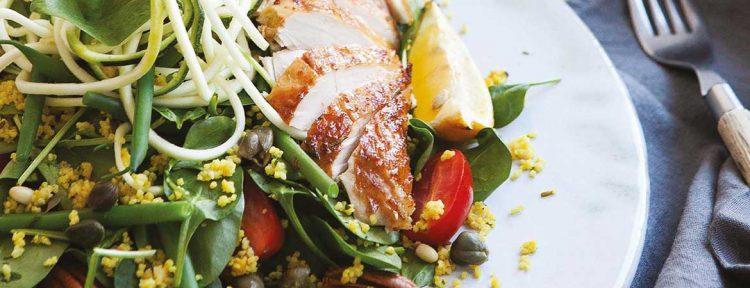 Salade van bladspinazie met gegrilde citroenkip & courgettespaghetti - Gezond aan tafel - recept