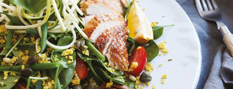 Salade van bladspinazie met gegrilde citroenkip & courgettini