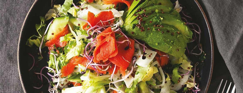 Salade van snijbiet met gerookte zalm, avocado & kiemen