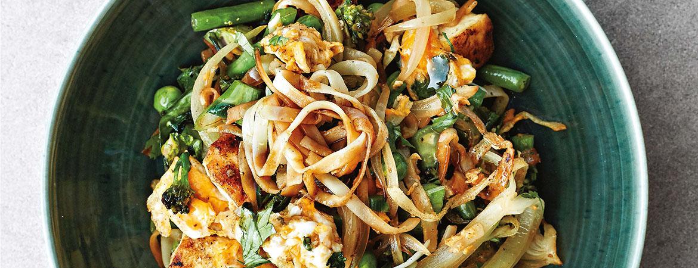 Rijstnoedels met broccoli, sperziebonen en doperwten