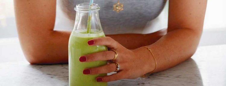 Smoothie met mango, limoen en boerenkool (Deliciously Ella) - Gezond aan tafel - recept