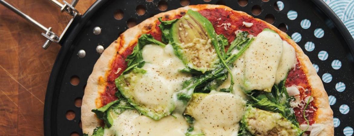 Pizza van de barbecue met avocado, spinazie en mozzarella
