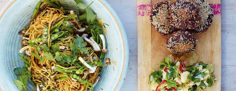 Zwarte bonen beefburgers met noedelsalade van Jamie Oliver