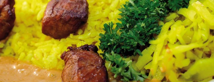 Kip in satésaus met gele rijst en zelfgemaakte atjar - Gezond aan tafel - recept