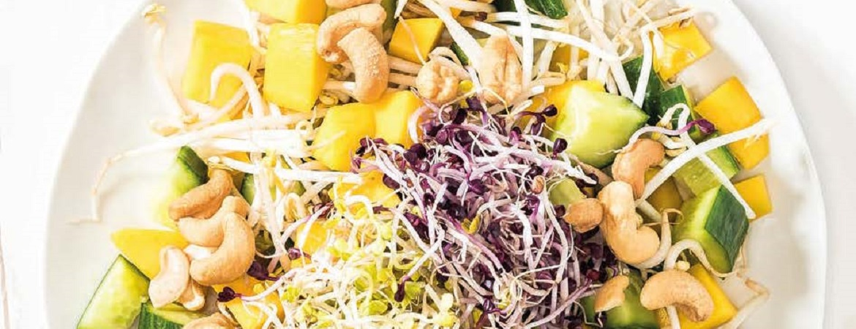 Mango salade met cashewnoten en kiemgroente