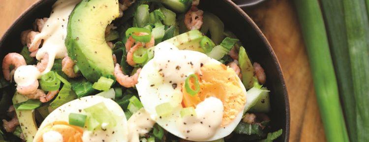 Salade van paksoi met Hollandse garnalen, avocado, zachtgekookt ei & miso - Gezond aan tafel - recept