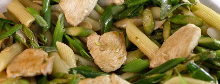 Roerbakkip met groene asperges en penne - Gezond aan tafel - recept