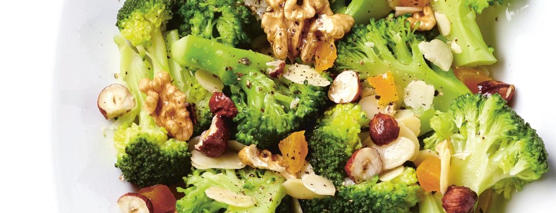 Salade van broccoli met gedroogde vruchten