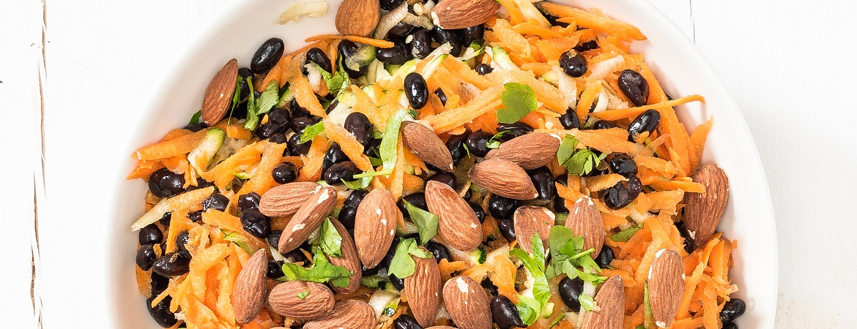 Rauwkostsalade met zwarte bonen en amandelen
