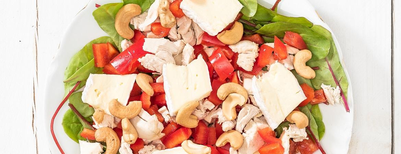 Salade met kip, brie en cashewnoten