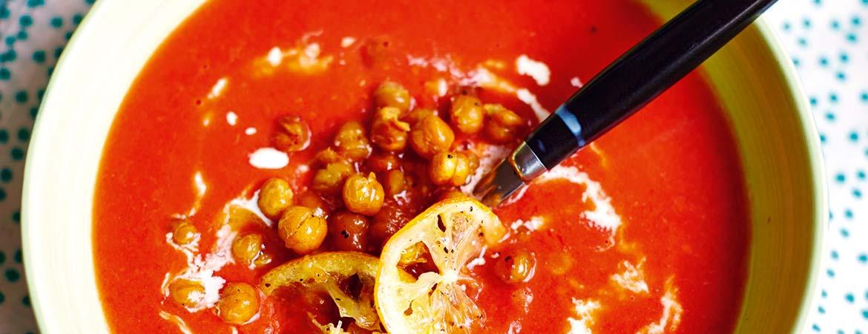 Tomatensoep met knapperige kikkererwten en citroen