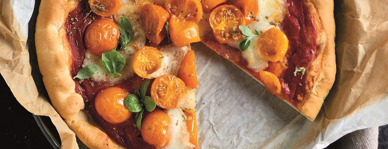 Pizza met buffelmozzarella en gele tomaatjes
