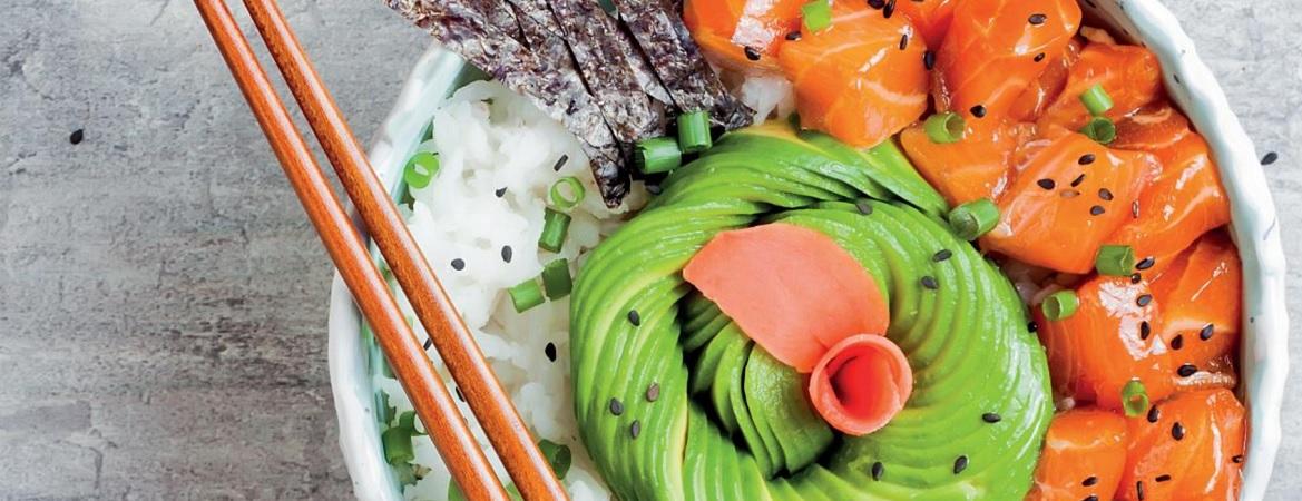 Poké bowl met gerookte zalm en zeewier