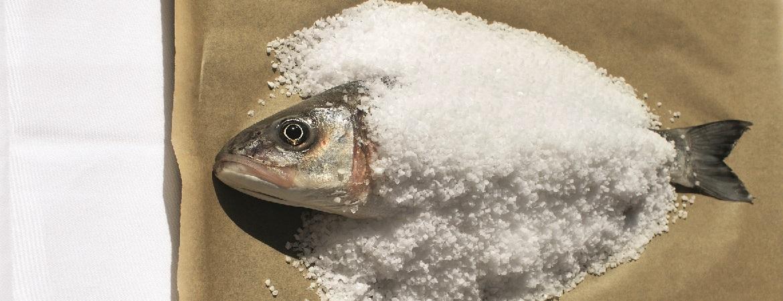 Zeebaars in een zoutkorst uit de oven