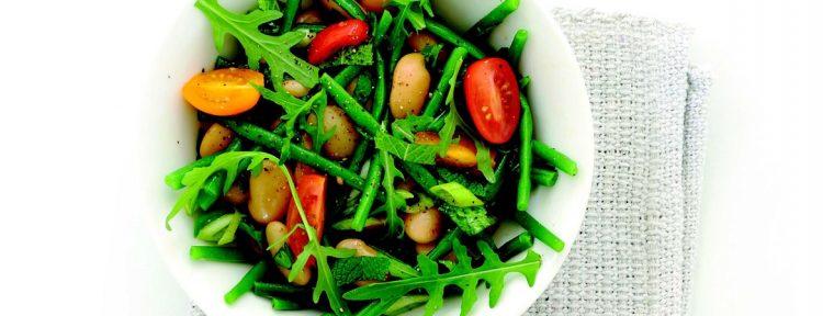 Bonensalade met lamsoor of rucola, haricots verts en groene kruiden - recept - Gezond aan tafel