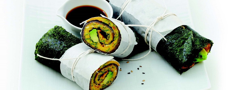 Nori-omeletwrap met zalm en verse kruiden