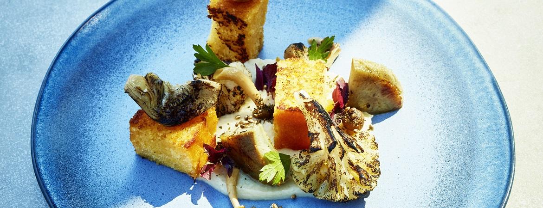 Maisbrood met gerookte-bloemkoolcrème en artisjok