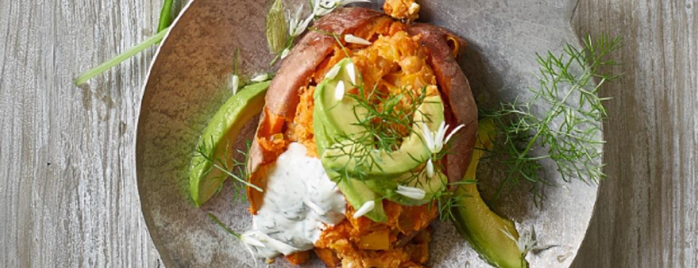 Gevulde zoete aardappel met kikkererwten en avocado