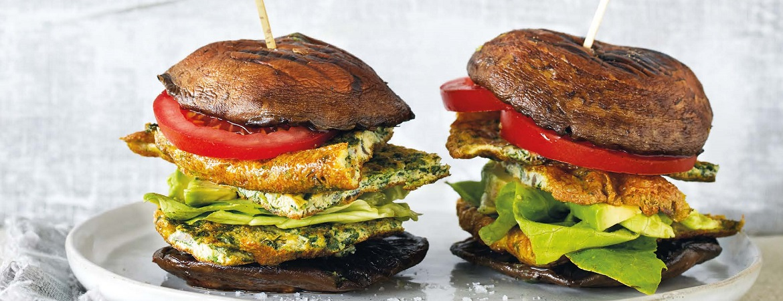 Portobelloburger met omelet en avocado
