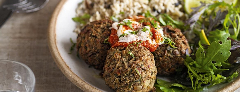 Gekruide linzenballetjes met tomatenrelish en knoflookroom