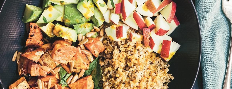 Saladebowl met zoete aardappel & kurkumadressing